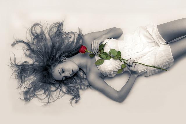 ležící dívka s růží