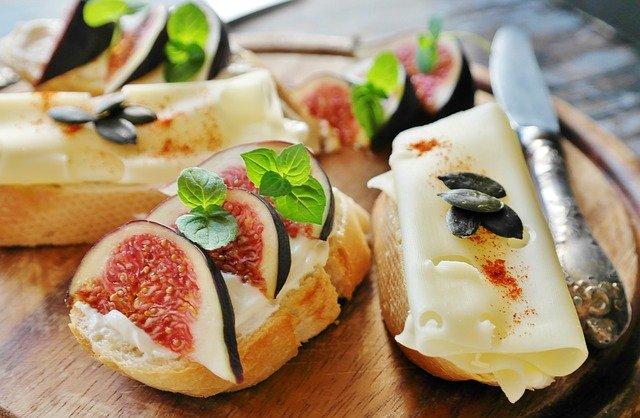 bagetky se sýrem a fíky