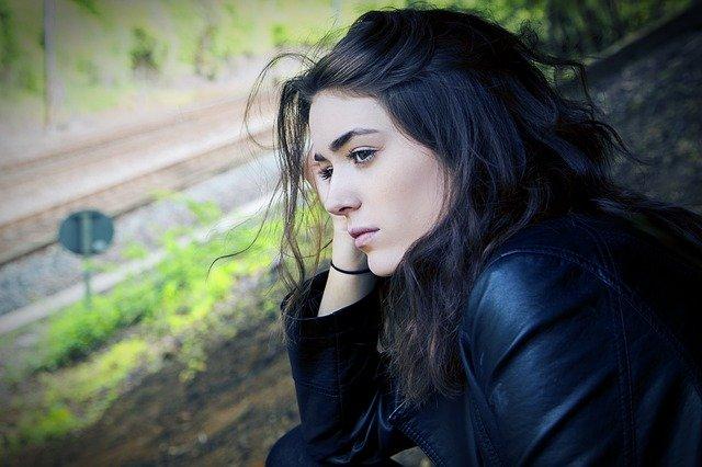 Zamyšlená mladá žena