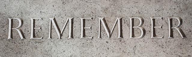 """nápis """"vzpomínej"""" na kamenném povrchu"""